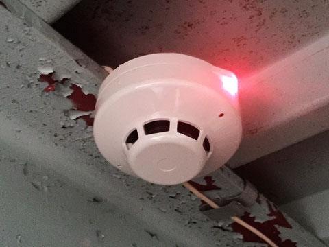 煙感知器の赤い確認灯で発報を確認