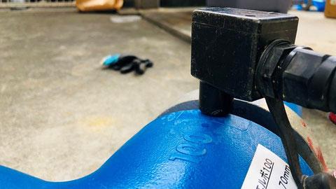 樹脂管の電極部分に電気融着機を接続