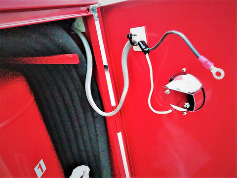表示灯用の耐熱配線を裏からニョキ