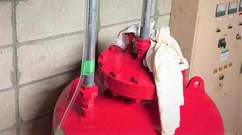泡消火薬剤貯蔵槽(原液タンク)の配管もヒント