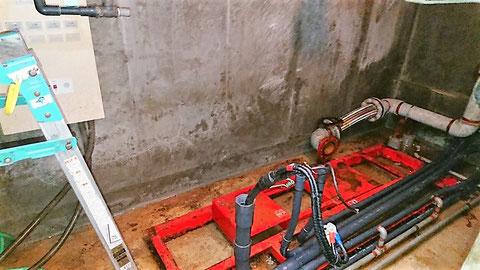 赤色の消火ポンプ基礎