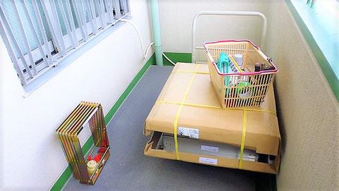 製作されたハッチを現場に納品して据付工事 避難はしご