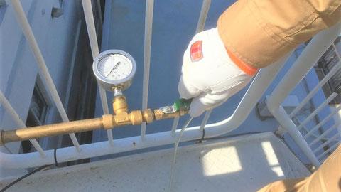 放水口の圧力ゲージ側コックを開けてバルブを開放