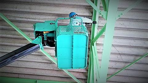 高所作業車を用いて天井に敷設 消防設備士