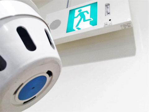 誘導音・点滅停止用の煙感知器には青色の印