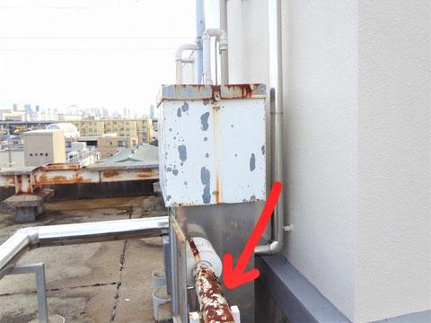 補給水槽から出た配管のラッキング