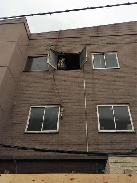 焼けたカーテンが窓の空いた部屋から