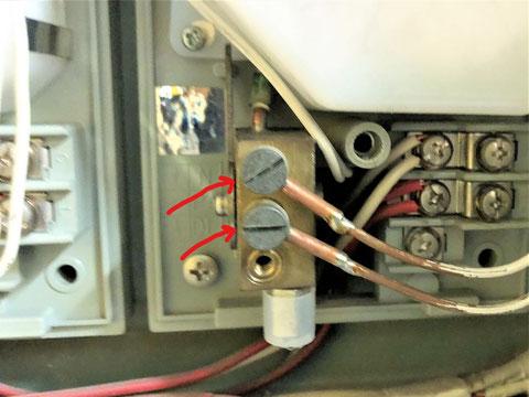 検出器に固定するネジ