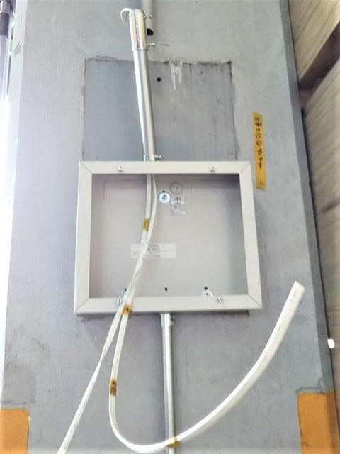 金属管内を通って電線を収容箱