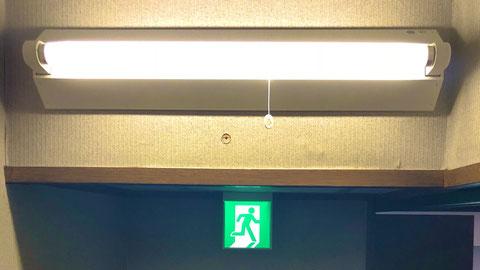 上:階段通路誘導灯、下:避難口誘導灯