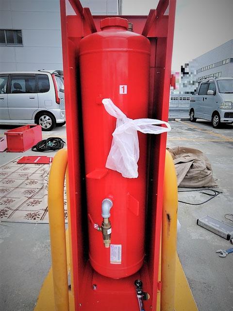 移動式粉末消火設備の薬剤容器と格納箱