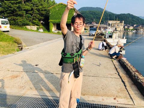 中嶋社員に釣られる魚