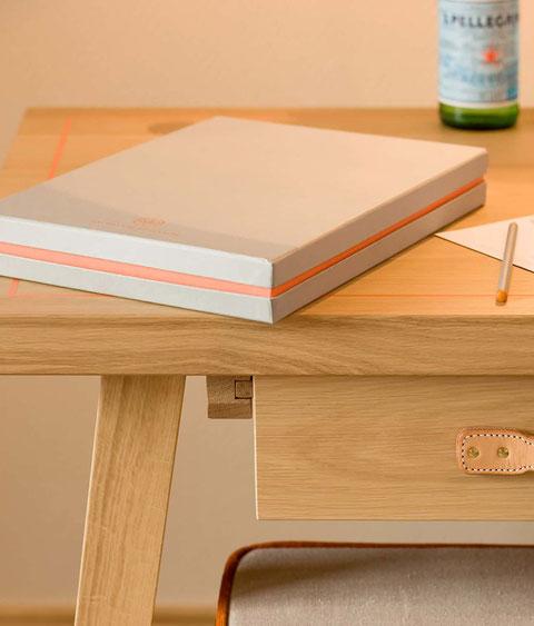Detail Schreibtisch mit Schubladengriff aus Leder