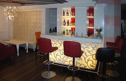 hinterleichtete weiße Bar, Mineralwerkstoff (Conian), Regalrückwand