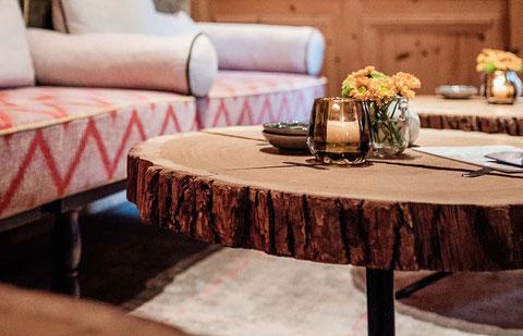 Detail Tischplatte aus Holzstamm