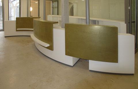 Kreuzgangspiele Feuchtwangen: weißgoldene Infotheke, Front mit Midas-Metallspachtel, Abdeckung Mineralwerkstoff, Schichtstoff weiß