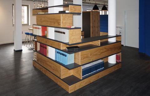 Kubistisches Regalsystem, gebaut um Säulen, Asteiche Echtholz-Furnier und HPL-Platten in anthrazit