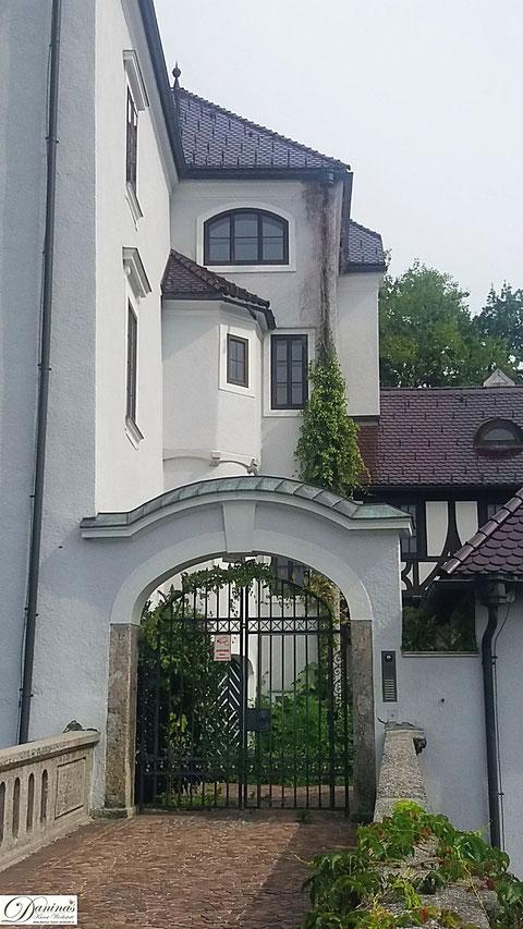 Salzburg, Schloss Freisaal Portal an der Hellbrunner Allee