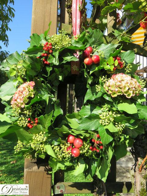 Selbstgemachter Kranz aus Naturmaterialien - wunderschöne Gartendeko Idee für den Herbst.