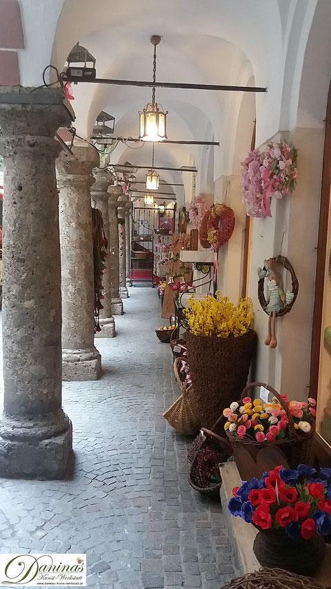 Mit Arkaden geschmückte Einkaufspassage in der Salzburger Getreidegasse