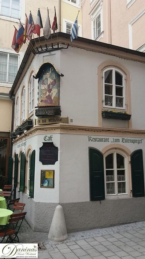 Salzburg vor Mozarts Geburtshaus - Hagenauerplatz mit Restaurant zum Eulenspiegel