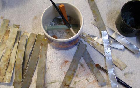 Blechstreifen von Teelicht, Farbe u. altern