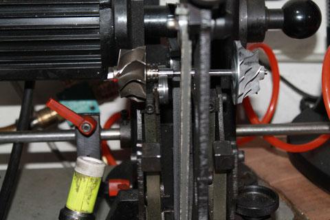 Turbolader-Achsen. Auswuchtmaschine