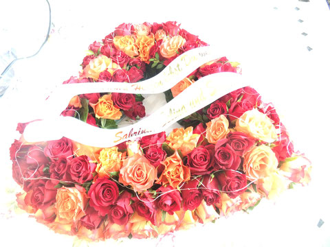 Trauerherz mit Rosen Rosen Rosen  und Trauerschleife