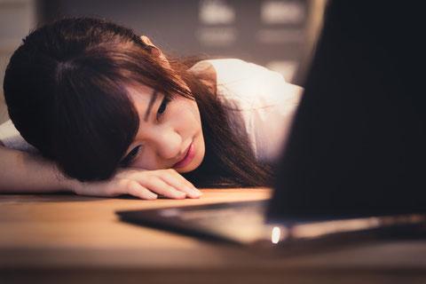 腰痛の原因が不明と言われどうすればいいか悩む女性