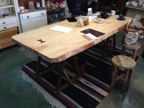京見屋分店に置いてある黒松テーブル