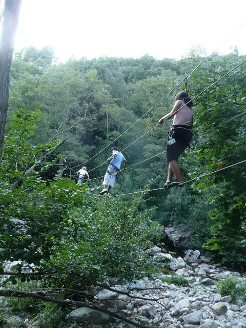 """Passage de rivière sur un """"pont de singes"""""""