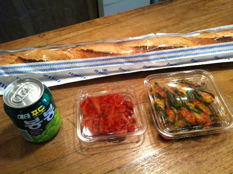 差し入れ!全て自分の好きなオススメを頂きました! フランスパンは外がバキバキでスゲ~香ばしくて僕が食べた中で一番美味し買ったかも! キムチもバカ旨い!!土佐山田の有名韓国料理屋さんちの、。(わかるでしょ~) ジュースはてっいぺいにって! マジマジで美味しかったです!西岡さん!ありがとうございました♪    *(!)マークつけすぎ!?(汗)