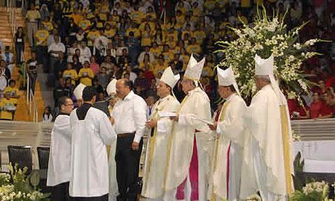 El gobernador de Chihuahua, César Duarte, en su carácter de funcionario público consagra su gobierno al Inmaculdo Corazón de María. En un acto de contrición, celebrado ante seis obispos, 150 sacerdotes y 14 mil  asistentes, asesta un golpe al Estado laico