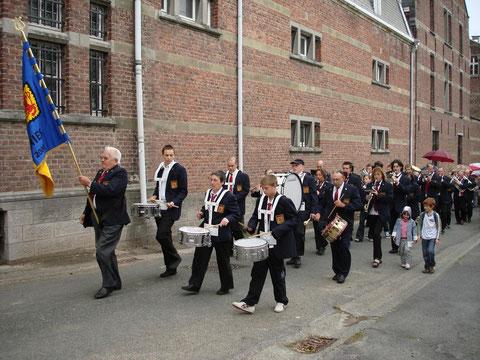 Longeant le château du village, la fanfare se rend vers la Chapelle de la Drève pour célébrer sa consécration. Juillet 2007.