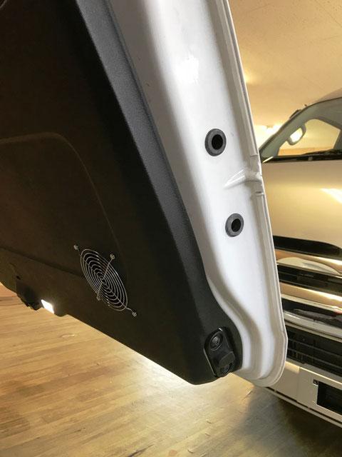 ベンツVクラスを快適なキャンパー&トランポにするために、バックドア換気扇を付けました!