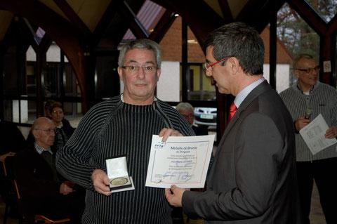 Remise de la médaille FFTA à Jean-Pierre Le Lamer