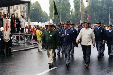 2001 - settembre - Alessandria - IV° Raduno Intersezionale 1° Raggruppamento ANA - sotto la pioggia con l'indimenticabile Ten. Dario Panizza