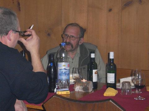 Holliger diskutiert angeregt mit einem Zetzbuer
