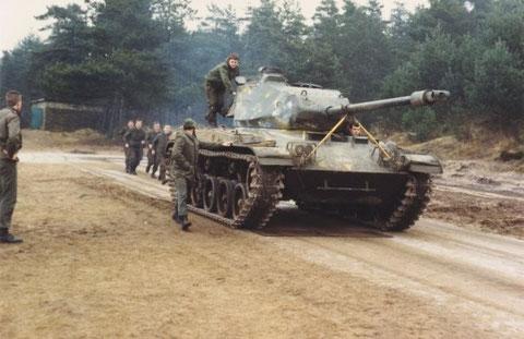 Von hinten auf den fahrenden Panzer aufspringen und eine Übungshandgranate in den Turm werfen.