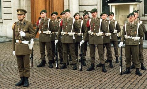 Gruppe Müller vor dem königlichen Palast
