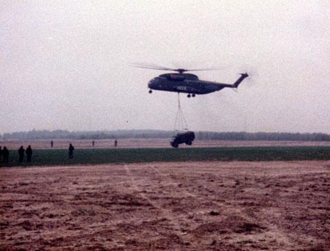 Und der Unimog wird per CH53 Helikopter angeliefert