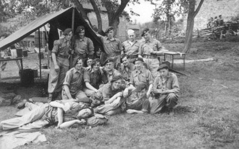 Gruppenfoto vor dem Küchezelt in Lavaux 1953