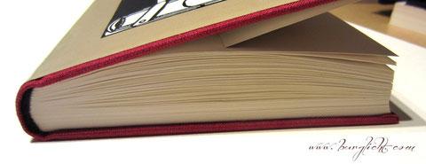Beispiel für falsche Handhabung eines fadengehefteten Buchblocks eines Gästebuches.