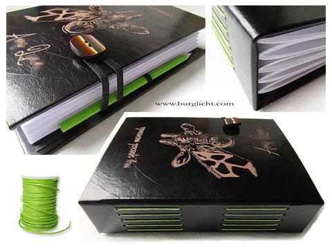 Lederbuch schwarz, A5 Hardcover, 200 Seiten weiß, Ledergravur Name Giraffe, Langstichheftung in apfelgrün, flexibler Stifthalter schwarz, Gummibandverschluss schwarz mit Schmuckknopf