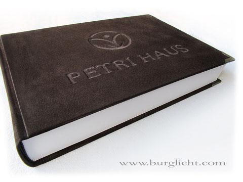 Buch für Hospiz, 35cm x 25cm, Hardcovereinband Echt Leder mit Flachrelief Logo und Firmenname, Metallbuchecken, Buchblock 400 Seiten Fadenheftung - Handbuchbinderei.