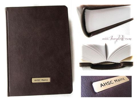 Echtleder Notizbuch A4+ Hardcover Ledereinband dunkelbraun, 250 Blatt/500 Seiten weiß 130g/m², Metallschild mit Gravur