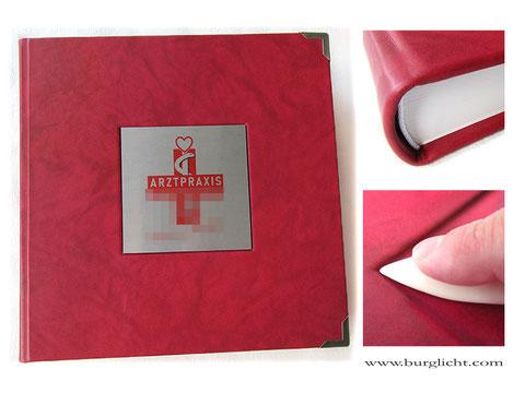 Gästebuch Arztpraxis, Hardcovereinband Leder rot, Logo-Druck, bedruckte Platte und Buchecken silberfarben, 320 Seiten weiß, Fadenheftung.
