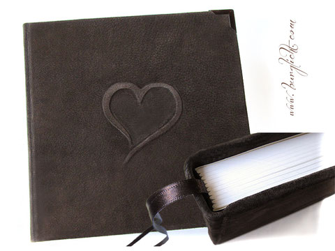Lederbuch Kondolenzbuch Trauerbuch Hardcover-Bucheinband Leder rau dunkelbraun Relief Kontur Herz Buchecken dunkelbraun lackiert