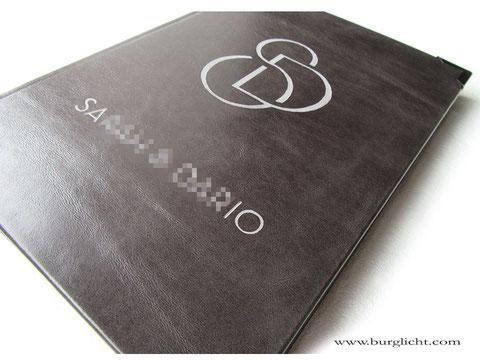 Gästebuch, Format 21cm x 30cm, Hardcover Ledereinband, Glattleder grau, Gravur Hochzeitslogo/Monogramm und Namen.