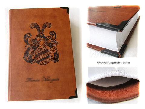 Handbuchbinderei A4-Buch Hardcover Ledereinband Buchblock Fadenheftung 400 Seiten weiß Handbranding Wappen Familienname Leder cognacfarben
